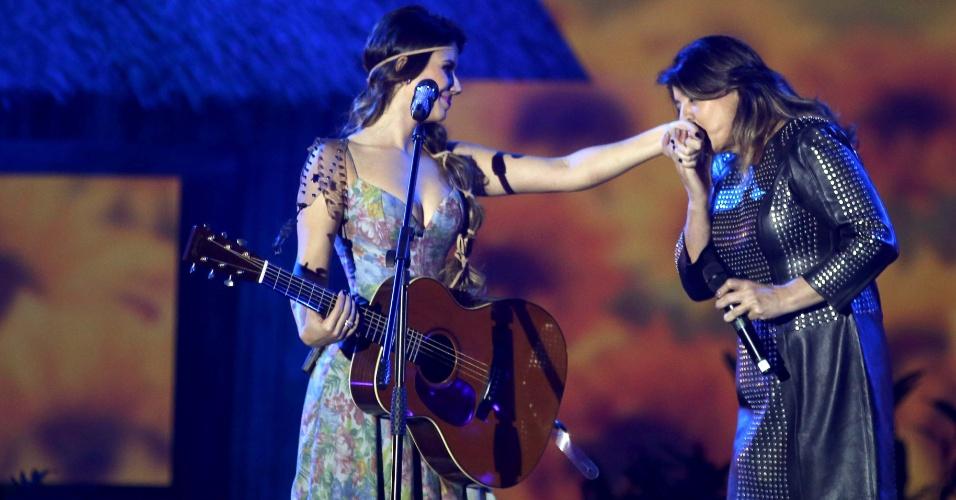 """09.jun.2013 - Cantora Paula Fernandes divide o palco com Roberte Miranda na música """"Majestade Sabiá"""" durante gravação de DVD no HSBC Arena, no Rio de Janeiro, na noite de sábado (8)"""