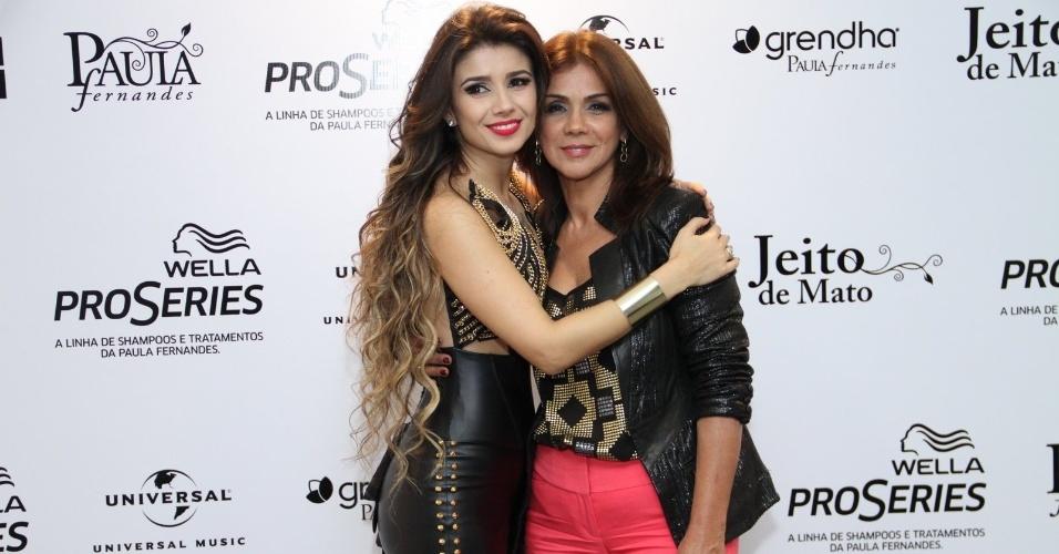 09.jun.2013 - Cantora Paula Fernandes recebe a mãe antes do início do show de gravação de seu segundo DVD