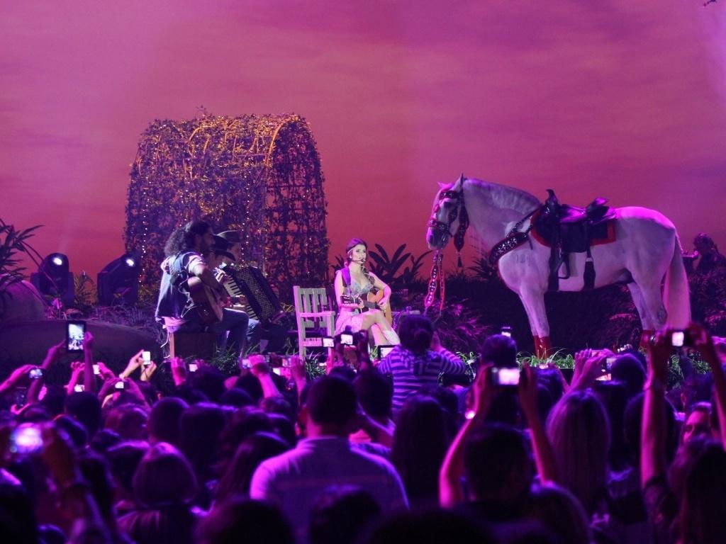 09.jun.2013 - Cantora Paula Fernandes recebe no palco o cavalo Ciclone durante gravação de DVD no HSBC Arena, no Rio de Janeiro, na noite de sábado (8)