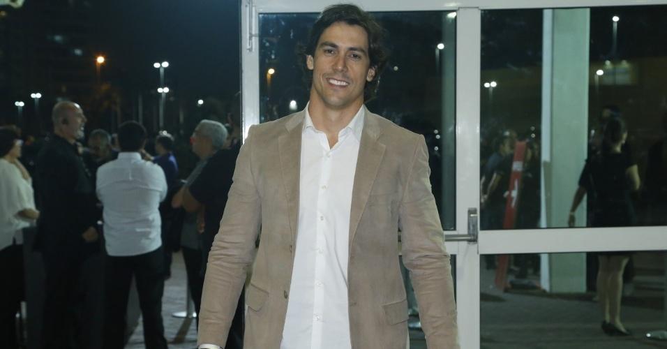 09.jun.2013 -  Henrique do Valle, namorado de Paula Fernandes, chega ao HSBC Arena para assistir ao show na noite de sábado (8)