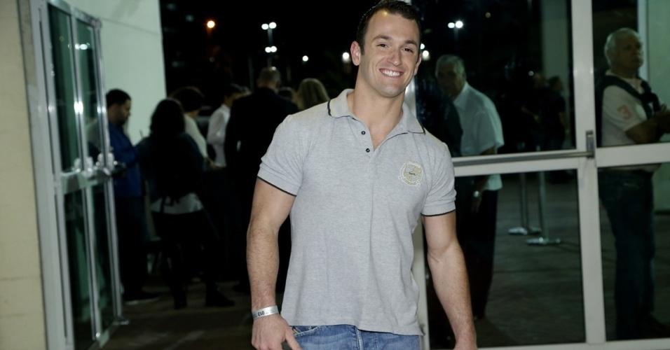 09.jun.2013 - O ginasta Diego Hypólito vai ao show da cantora Paula Fernades no Rio