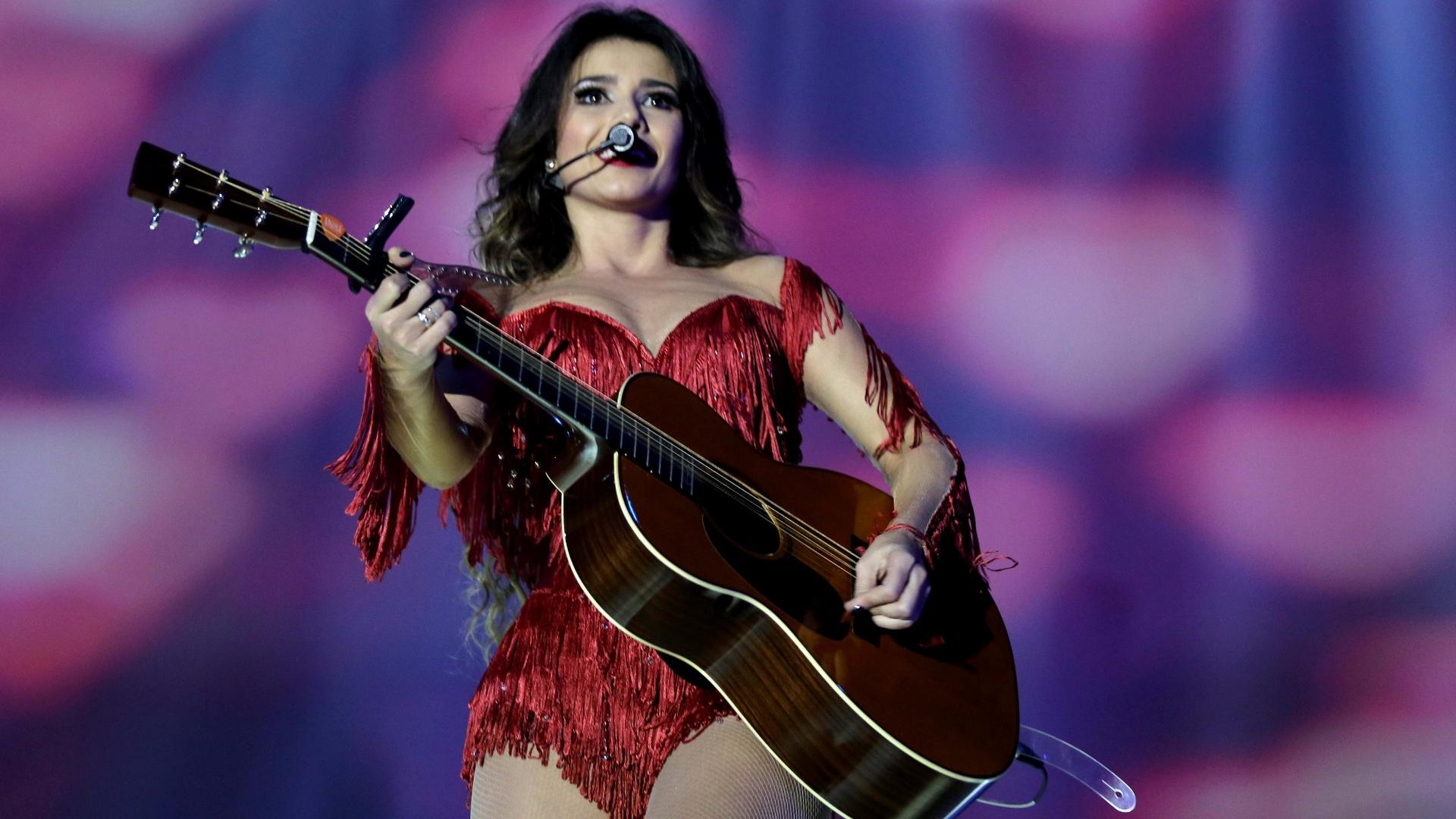 09.jun.2013 - Paula Fernandes usou três figurinos para a gravação de DVD, na noite de sábado (8)