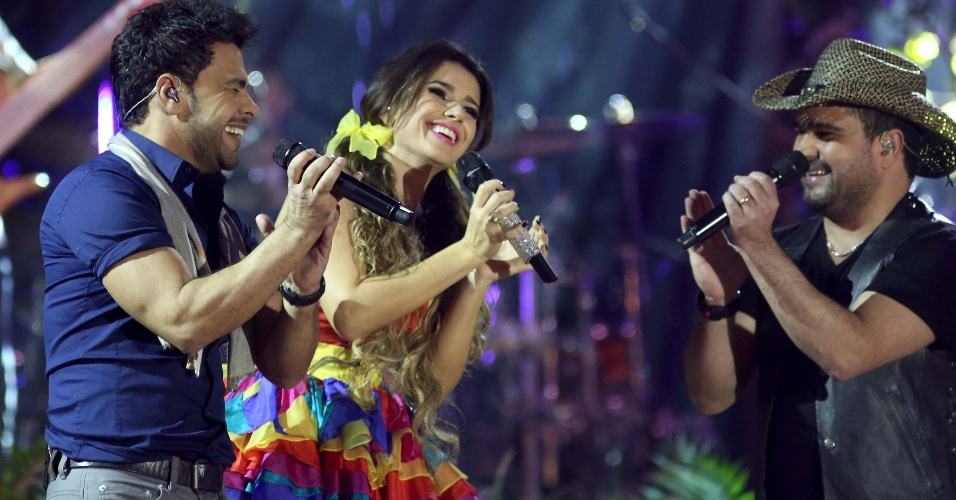 """09.jun.2013 - Zezé di Camargo e Luciano cantam """"Coração na Contramão"""" para DVD da cantora Paula Fernandes, gravado na noite de sábado (8), no HSBC Arena, no Rio de Janeiro"""