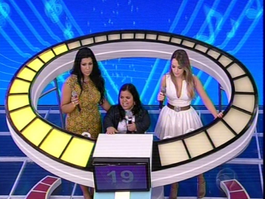 9.jun.2013 - Mulher Moranguinho (à esq) e Thaeme (à dir) participam do último