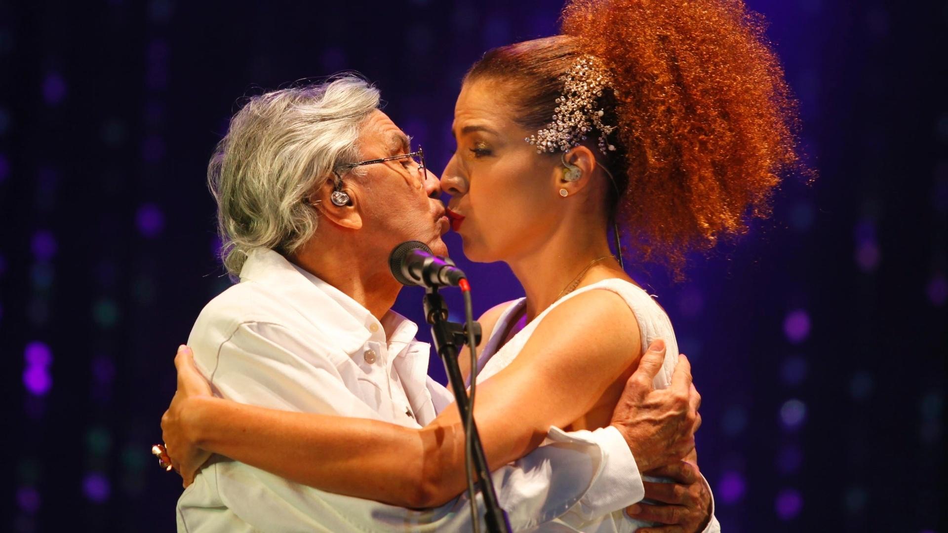 9.jun.2013 - Vanesssa da Mata dá selinho em Caetano Veloso durante show na praia de Ipanema, no Rio de Janeiro
