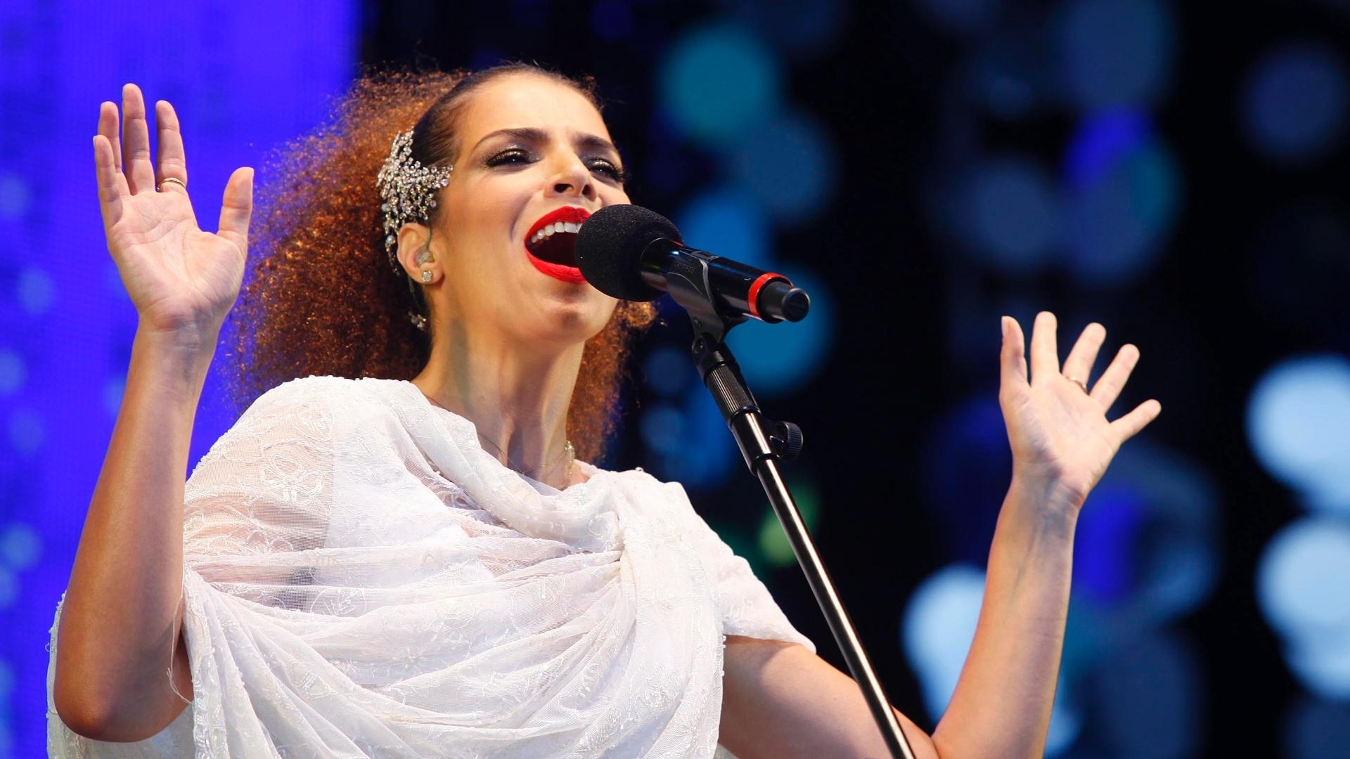 9.jun.2013 - Vanesssa da Mata se apresenta na praia de Ipanema, no Rio de Janeiro