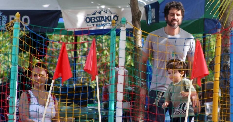 10.Jun.2013 - Eriberto Leão se diverte com o filho na Lagoa