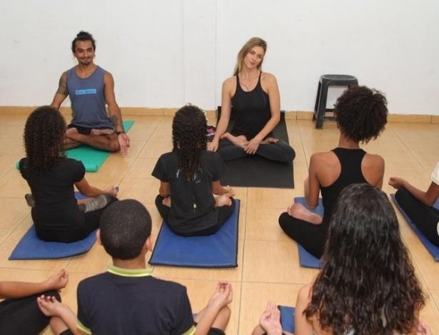 10.jun.2013 - Fernanda Lima dá aula de yoga para crianças de grupo de teatro
