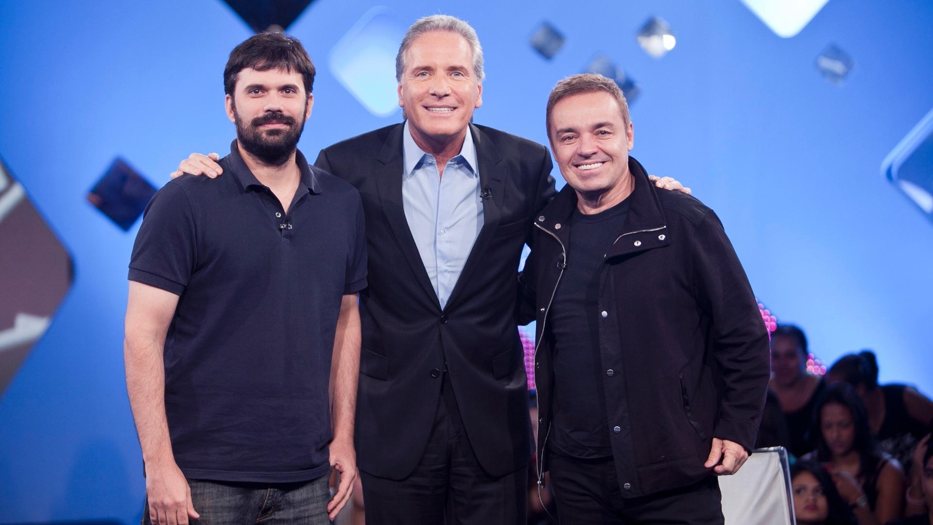 10.jun.2013 - Ian SBF, Roberto Justus e Gugu Liberato posam juntos na gravação de Roberto Justus +