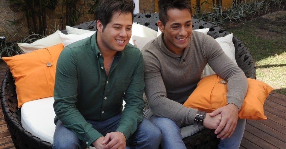 """10.jun.2013 - Os apresentadores do """"Festival Sertanejo"""" Hugo e Thiago visitaram a casa sertaneja durante coletiva de imprensa"""