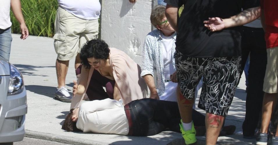 10.jun.2013 - Verônica (Letícia Sabatella) e Tio Lili (Edwin Luisi) se assustam com o atropelamento de Renata (Regiane Alves)