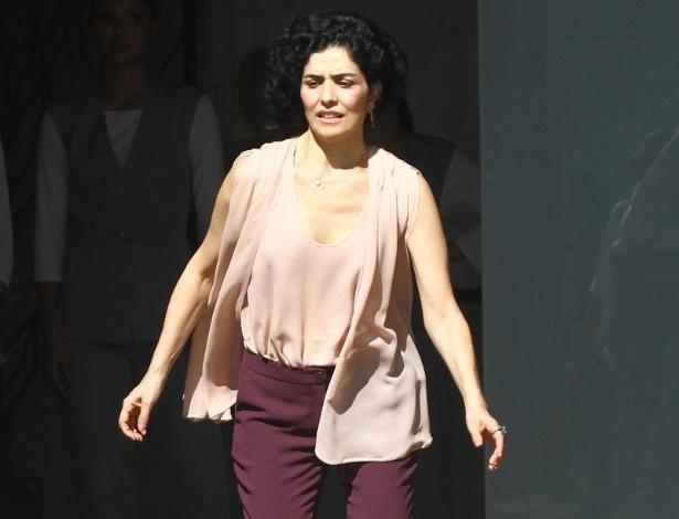 10.jun.2013 - Verônica (Letícia Sabatella) sai correndo para ajudar Renata (Regiane Alves), que é atropelada por Tito (Rômulo Arantes)