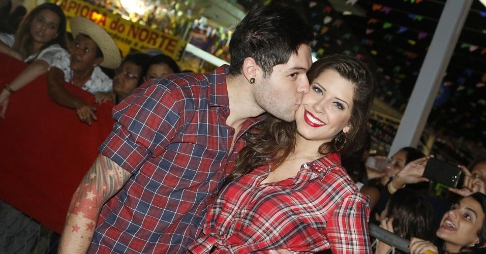 9.jun.2013 - Os ex-BBBs Nasser e Andressa trocam carinhos na décima edição do
