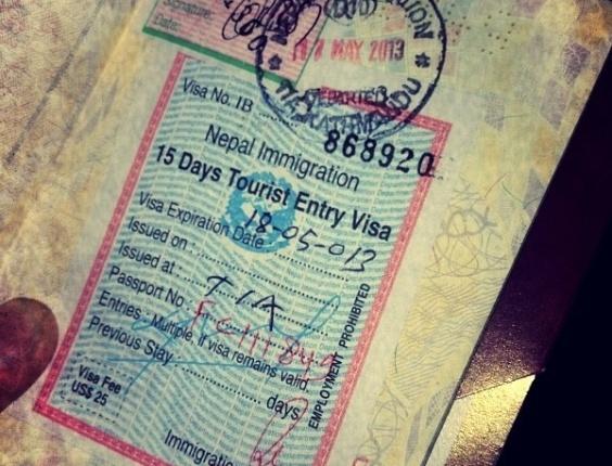 Mostrando o carimbo do passaporte, Bruno prometeu voltar ao Nepal