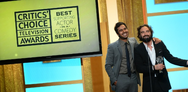"Os atores Kunal Nayyar e Johnny Galecki aceitam o prêmio de melhor ator coadjuvante em nome do colega de ""The Big Bang Theory"" Simon Helberg , no Critics' Choice TV Awards, no Beverly Hills Hotel, em Los Angeles"