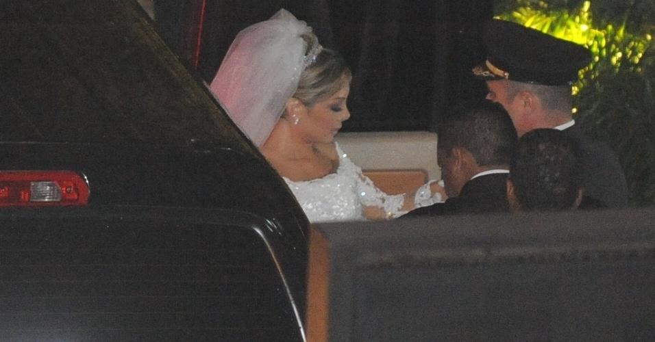 11.jun.2013 - A noiva Andrea Cypriano Nunes chega para sua cerimônia de casamento com o sertanejo Edson
