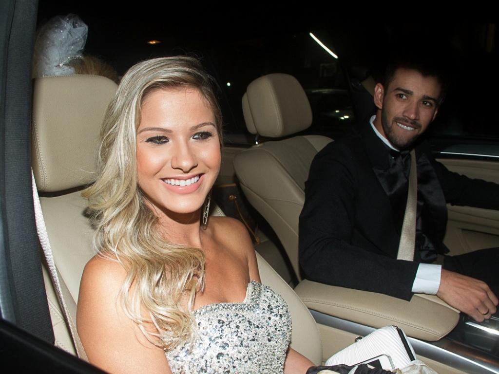 11.jun.2013 - Gusttavo Lima Lima e sua noiva, Andressa Suita, chegam para a cerimônia de casamento do sertanejo Edson