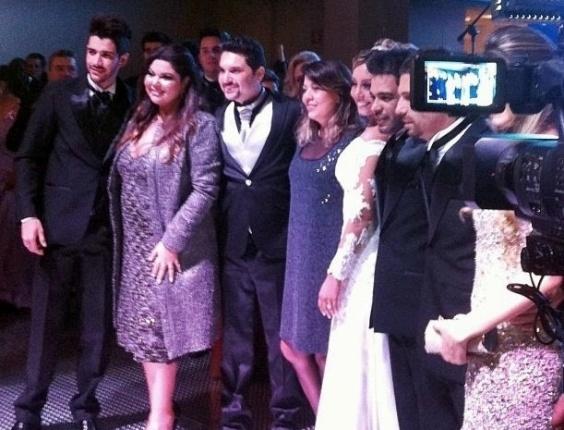 11.jun.2013 - A cantora Roberta Miranda posta foto dos noivos e convidados durante a cerimônia