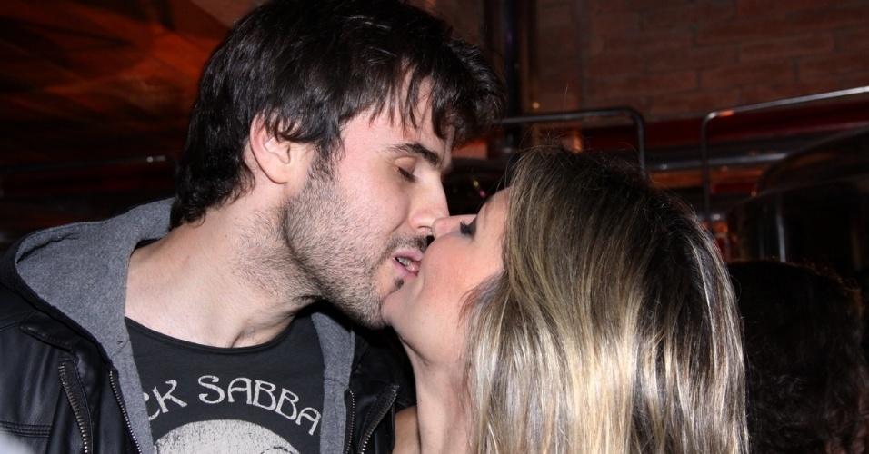 11.jun.2013 - Ellen Jabour beija o namorado em evento realizado em Teresópolis, no Rio de Janeiro