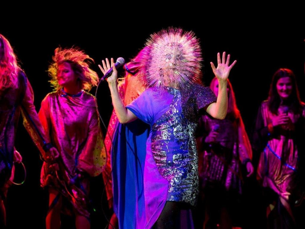 11.junho.2013 - A designer de moda Maiko Takeda criou um capacete para Björk inspirado em seu trabalho