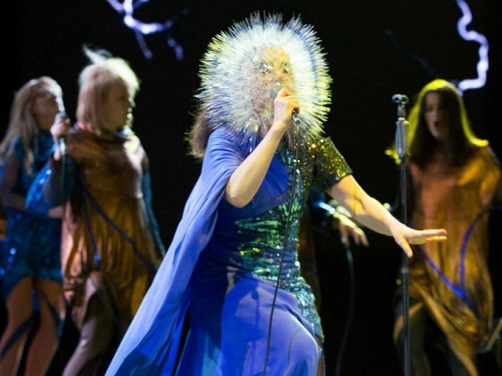 11.junho.2013 - Björk se apresenta com acessório criado pela estilista Maiko Takeda para show na Califórnia. Björk cancelou uma apresentação no festival Sónar em 2012 por causa de problemas na garganta