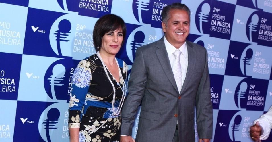 12.jun.2013 - De corte novo nos cabelos, a atriz Glória Pires e seu marido, Orlando, Morais chegam ao 24º Prêmio da Música Brasileira no Theatro Municipal do Rio de Janeiro