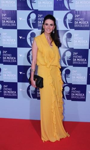 12.jun.2013 - De vestido amarelo, a atriz Lisandra Souto chega ao 24º Prêmio da Música Brasileira. Neste ano, a premiação teve homenagem a Tom Jobim