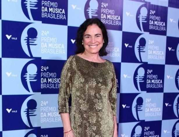 12.jun.2013 - De vestido dourado, a atriz Regina Duarte comparece ao 24º Prêmio da Música Brasileira, no Theatro Municipal do Rio de Janeiro