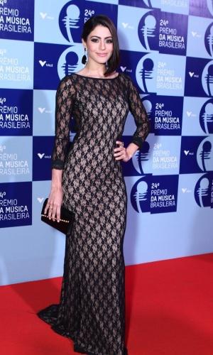 12.jun.2013 - De vestido longo com decote nas costas, a atriz Carol Castro comparece ao 24º Prêmio da Música Brasileira, no Theatro Municipal do Rio de Janeiro