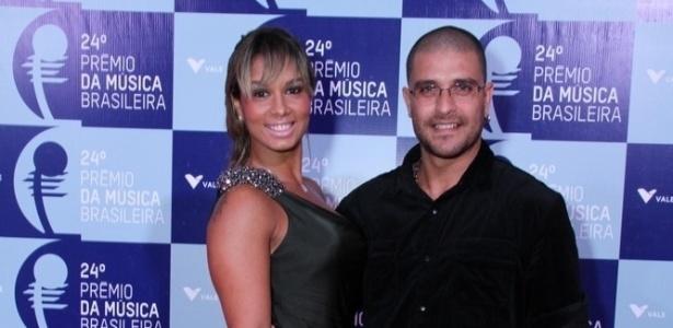 12.jun.2013 - Diogo Nogueira e mulher Milena posam para foto no 24º Prêmio da Música Brasileira, que acontece no Theatro Municipal do Rio de Janeiro. Com homenagem a Tom Jobim, o prêmio teve 106 indicados a 11 categorias