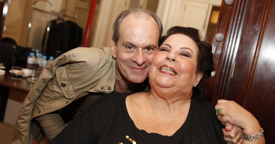 12.jun.2013 - Os cantores Ney Matogrosso e Nana Caymmi comparecem ao 24º Prêmio da Música Brasileira, no Theatro Municipal do Rio de Janeiro