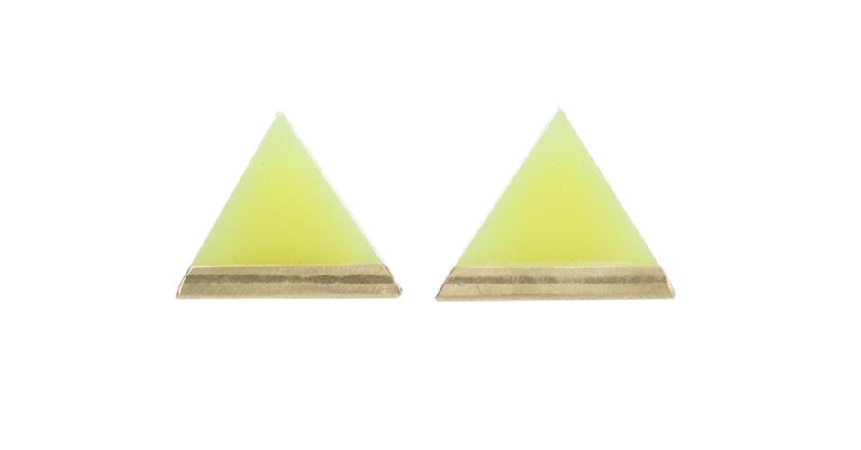 Brinco em formato triangular; R$ 210, de Lucy Peacock na Farfetch (www.farfetch.com.br) Preço pesquisado em junho de 2013 e sujeito a alterações