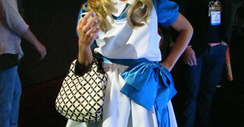 Com vestido ao estilo 'Alice no País das Maravilhas', esta booth babe cativou nossa equipe