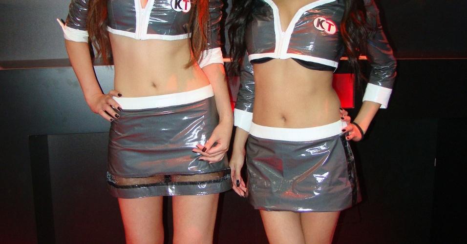 Como de costume, as booth babes da Koei Tecmo apresentam o tradicional uniforme da empresa na feira