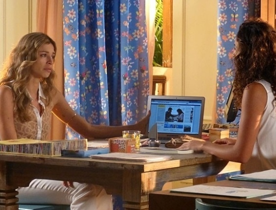 """Em """"Flor do Caribe"""", Ester fica chocada ao ver foto de Cristal e Cassiano"""