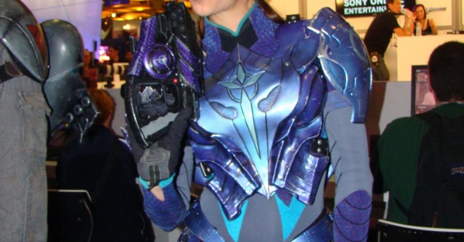 Perto do estande da Sony Online, clicamos esta bela guerreira de armadura moderna