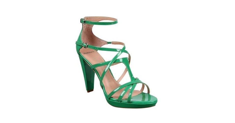 Sandália verde com verniz; R$ 139,90, na Shoestock (www.shoestock.com.br) Preço pesquisado em junho de 2013 e sujeito a alterações