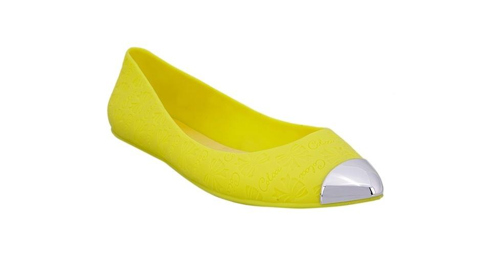 Sapatilha amarela com bico prateado; R$ 49,95, da Colcci na Lets (www.uselets.com.br) Preço pesquisado em junho de 2013 e sujeito a alterações