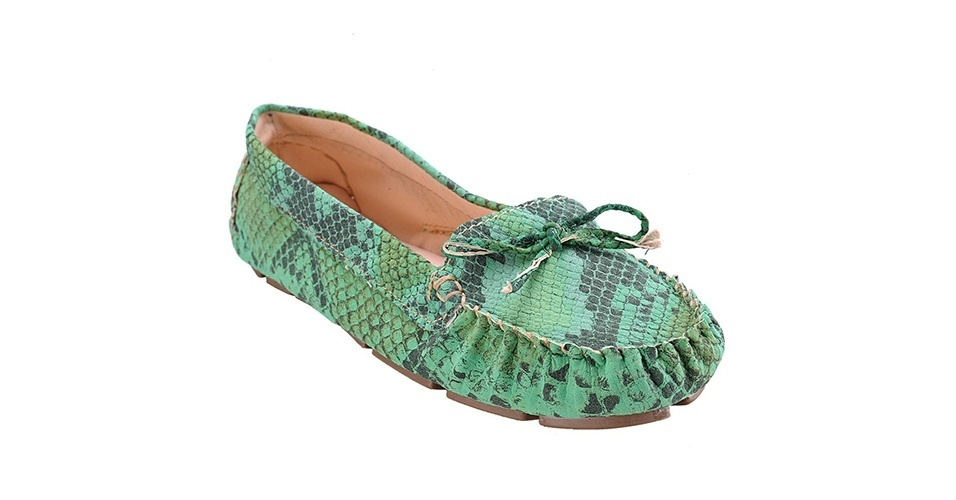 Sapato estilo mocassim verde com textura de cobra; R$ 53,94, da Naturezza na Lets (www.uselets.com.br) Preço pesquisado em junho de 2013 e sujeito a alterações