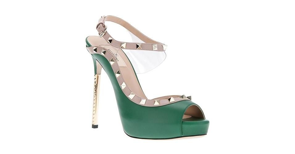 Sapato peep toe com detalhe de tachas; R$ 3.520, da Valentino na Farfetch (www.farfetch.com.br) Preço pesquisado em junho de 2013 e sujeito a alterações