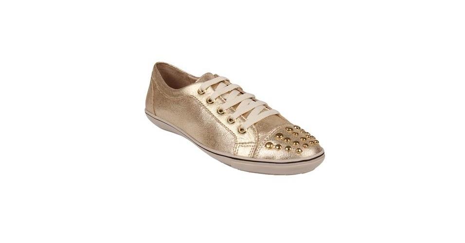 Tênis dourado com detalhe de tachas; R$ 139,90, na Shoestock (www.shoestock.com.br) Preço pesquisado em junho de 2013 e sujeito a alterações