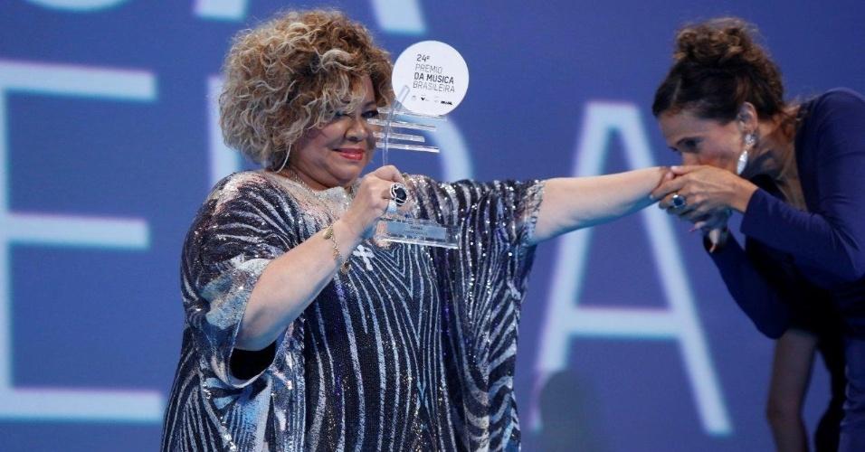 12.jun.2013 - Alcione levou o prêmio de cantora de samba no 24º Prêmio da Música Brasileira, que acontece no Theatro Municipal do Rio de Janeiro