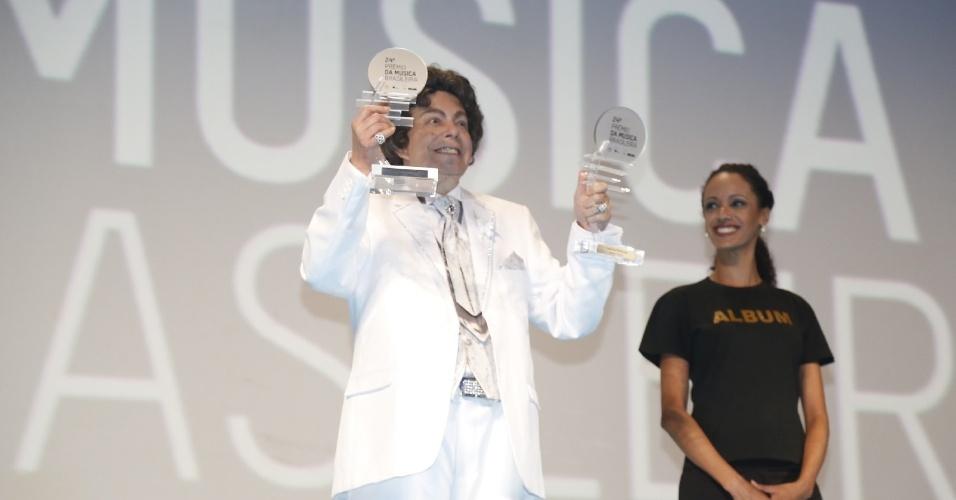 12.jun.2013 - Aos 82 anos e com mais de 100 discos lançados, Cauby levou o prêmio de melhor cantor e melhor álbum (
