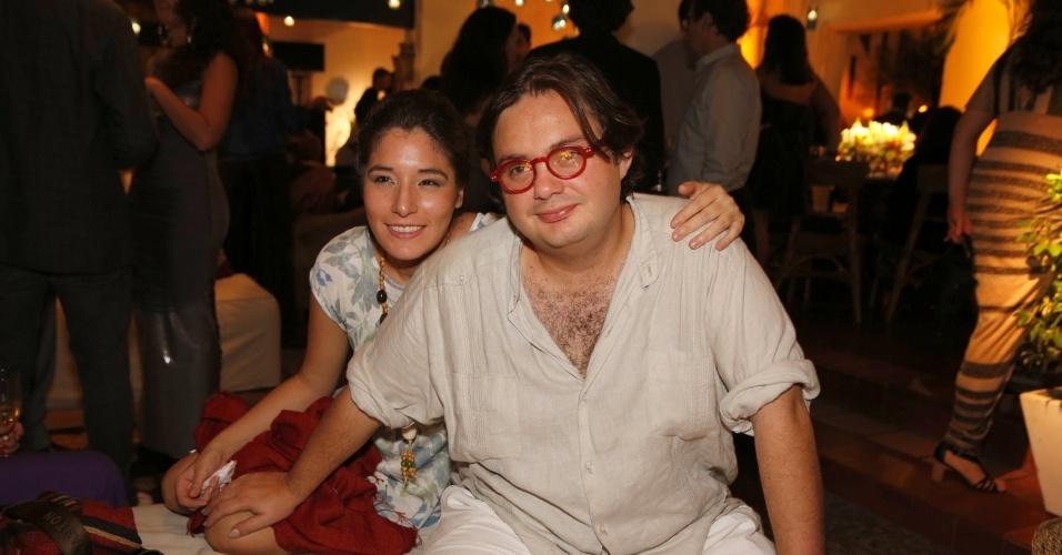 12.jun.2013 - O casal de músicos Yamandú Costa e Elodie Bouny foi à festa do Prêmio da Música Brasileira