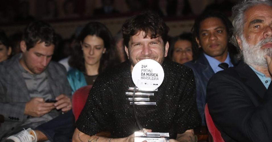12.jun.2013 - Saulo posa com troféu na plateia do 24º Prêmio da Música Brasileira no Theatro Municipal do Rio de Janeiro