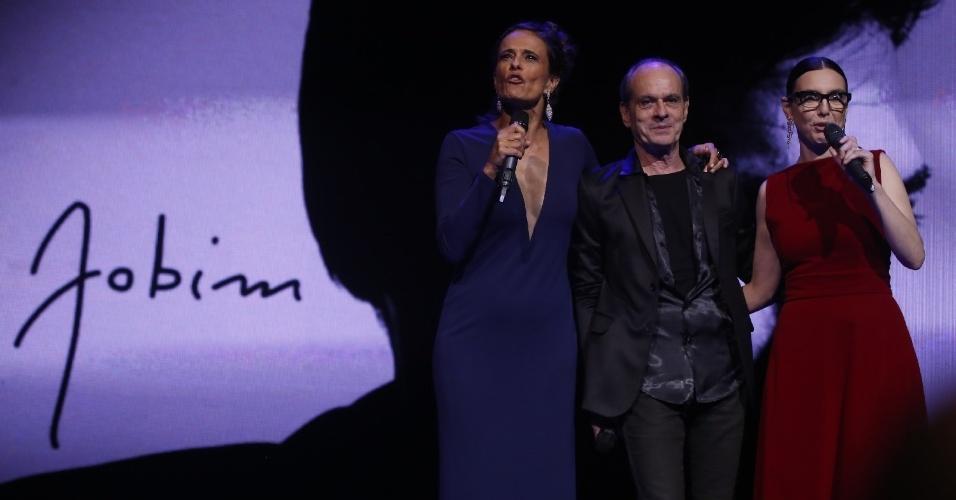 12.jun.2013 - Zélia Duncan, Ney Matogrosso e Adriana Calcanhotto posam juntos no palco do 24º Prêmio da Música Brasileira no Theatro Municipal do Rio de Janeiro
