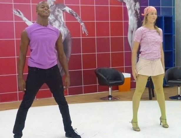 13.jun.2013 - De meia-calça arrastão, Luana Piovani se diverte em ensaios do