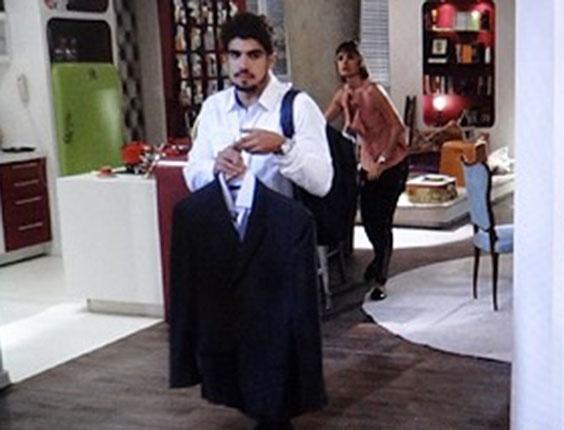 """Em """"Amor à Vida"""", Michel leva roupas para a casa de Patrícia"""