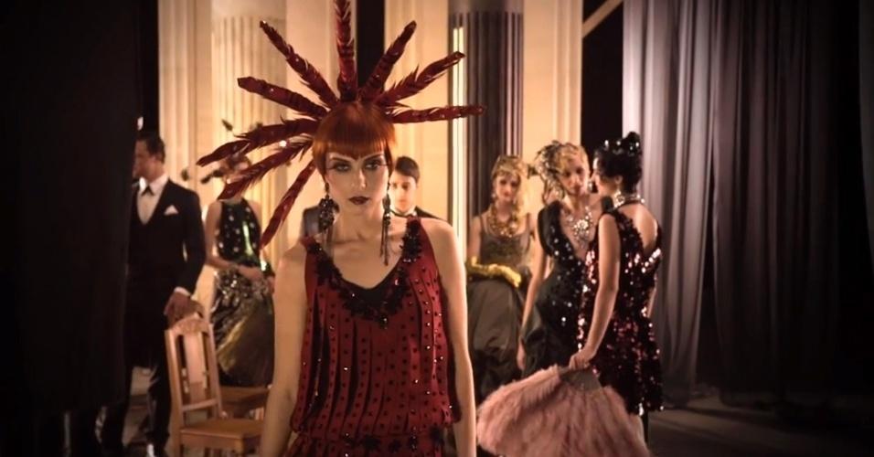 """Os vestidos da Prada e Miu Miu foram usados pelas atrizes e figurantes das cenas de festa do filme """"O Grande Gatsby"""". Os acessórios ajudaram a complementar o clima anos 1920 da história"""