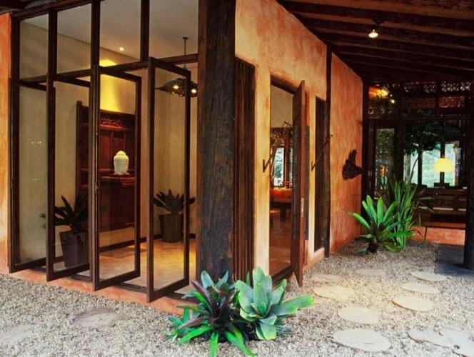 decoracao para jardim de sitio : decoracao para jardim de sitio:de vidro pivotantes integram o hall de entrada e o jardim na casa de